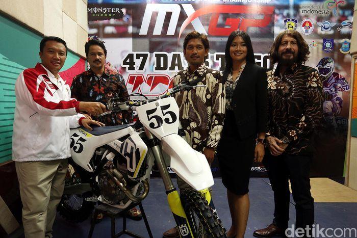 Imam Nahrawi memberikan keterangan pers terkait kejuaraan Motocross Grand Prix (MXGP) 2018 di kantor Kemenpora, Jakarta, Senin (14/5).