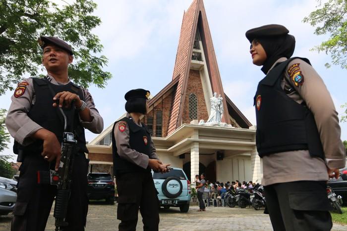 Foto ilustrasi saat polisi berjaga di depan Gereja Katolik Stasi Santo Yosep di Medan, Sumatra Utara, Minggu (13/5/18). Antara Foto/Irsan Mulyadi.