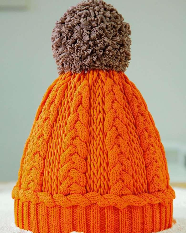 Ini bukan topi rajut sungguhan, tapi ini kue! Kue berbentuk topi rajut ini sengaja dibuat Yolanda lantaran dirinya tidak bisa merajut. Keren! Foto: Instagram @yolanda_gampp