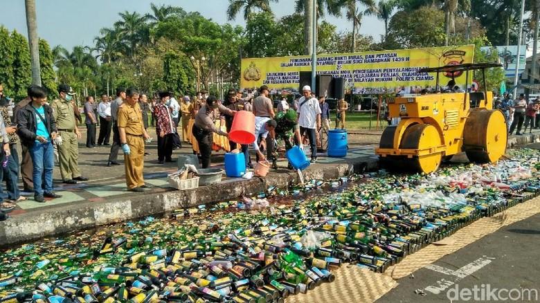 Jelang Ramadan, Polisi Ciamis Musnahkan Ribuan Miras dan Petasan