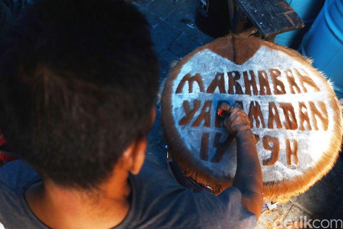 Jelang bulan suci ramadhan pedagang bedug di kawasan Tanah Abang, Jakarta mulai kejar target.