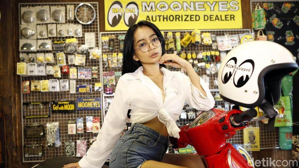Marcella, Model Cantik yang Suka Skuter Cerah
