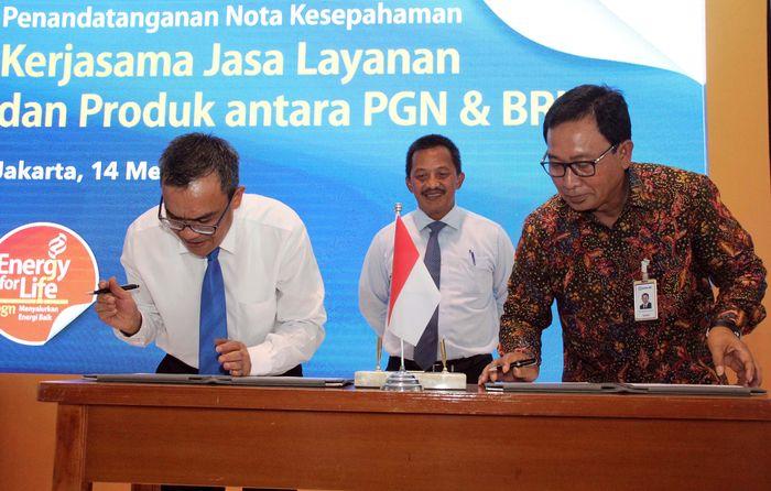 Hadir Direktur Hubungan Kelembagaan Bank BRI Sis Apik Wijayanto bersama Direktur Keuangan Perusahaan Gas Negara Reza Pahlevi menandatangani perjanjian tersebut di Jakarta, Senin (14/5).Foto: dok. BRI