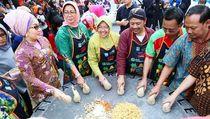Gaya Sederhana Wali Kota Surabaya, Tri Rismaharini Saat Makan Rujak dan Nasi Bungkus