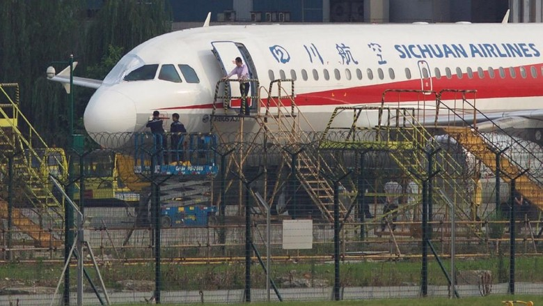 Kopilot Sempat Tersedot Keluar, Sichuan Airlines Mendarat Darurat