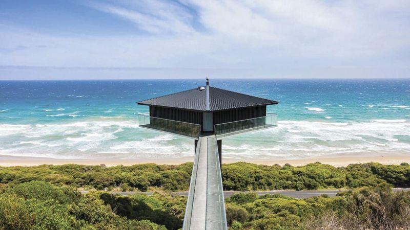 Pole House di Australia, berada 40 meter di atas Pantai Fairhaven dengan interior hotel yang menawan dan pemandangan ke arah laut yang menyejukan mata. Harga menginap di sini adalah 594 Dolar ( Rp 8,3 juta) per malamnya. (CNN Travel)