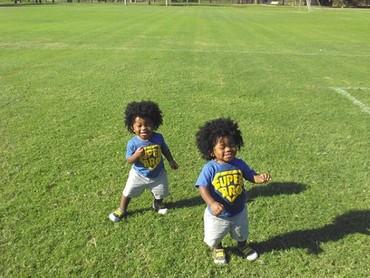 Duh, gemas banget nih Jayden dan Jaylen lagi bermain di lapangan rumput. (Foto: @themedwardsboys_doubledose)