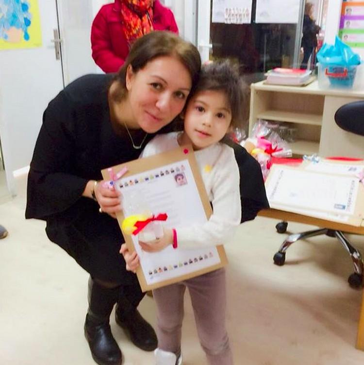 Elif sudah sekolah lho. Ini ketika Elif bersama wali kelasnya. (Foto: Instagram/ @siti_kdi_perk)