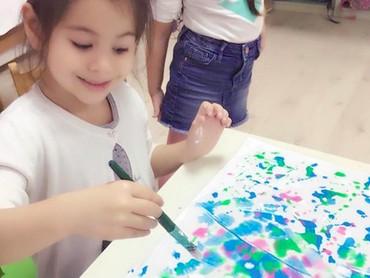 Walau lagi serius melukis, senyum tetap nggak boleh lupa dong. (Foto: Instagram/ @siti_kdi_perk)