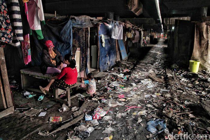 Beberapa warga beraktivitas di permukiman kumuh di salah satu sudut kota Jakarta.