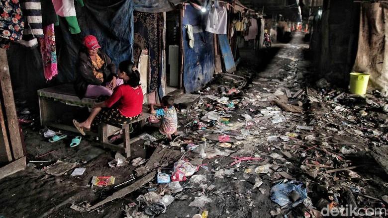 Potret Kehidupan Manusia Kolong di Utara Jakarta
