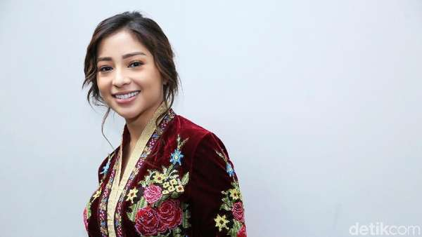 Penampilan Nikita Willy dengan Floral Dress