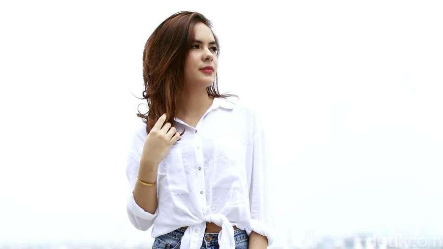 Gaya Stefhanie Zamora dengan Ripped Jeans