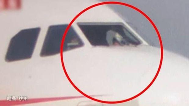Kaca depan bagian kokpit retak saat pesawat mengudara dan sang kopilot sempat tersedot keluar