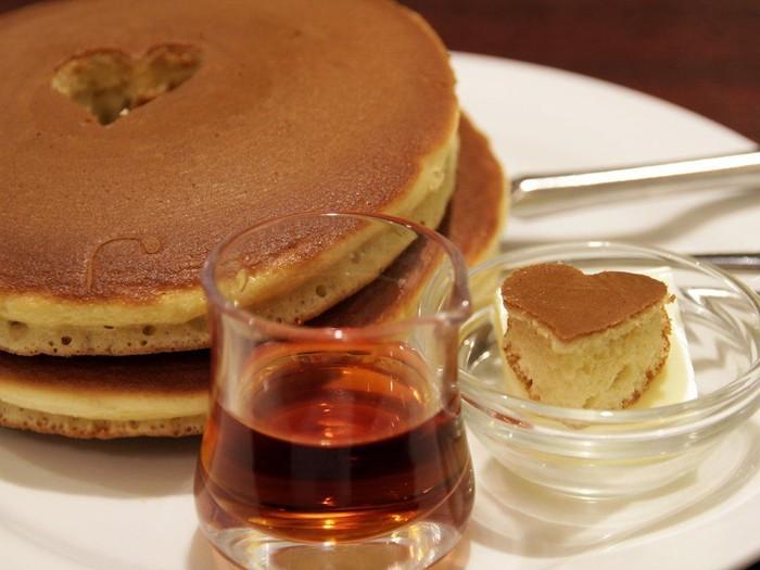 Di Jepang, pancake disebut dengan hotcakes. Bentuknya bulat pipih dengan tekstur lembut. Adonan dari terigu ini biasa dijadikan makanan pencuci mulut dengan pelengkap buah, krim dan berbagai makanan manis lainnya. Foto: Istimewa