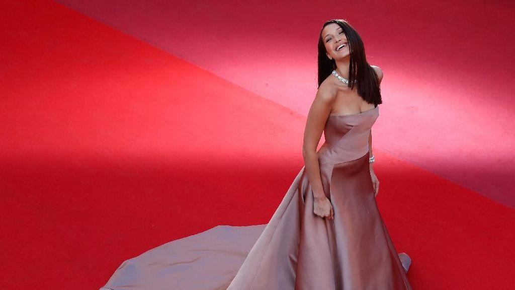 Foto: Parade Gaun Seksi Bella Hadid di Cannes, dari Dior sampai Elie Saab
