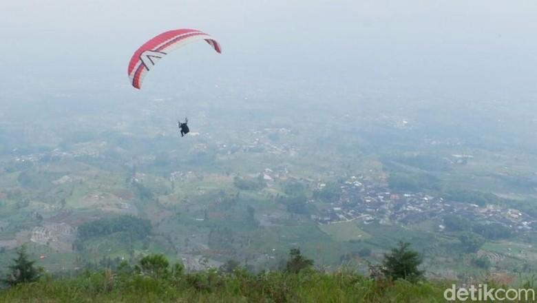Paralayang di Bukit Keteb, Wonosobo (Uje Hartono/detikTravel)