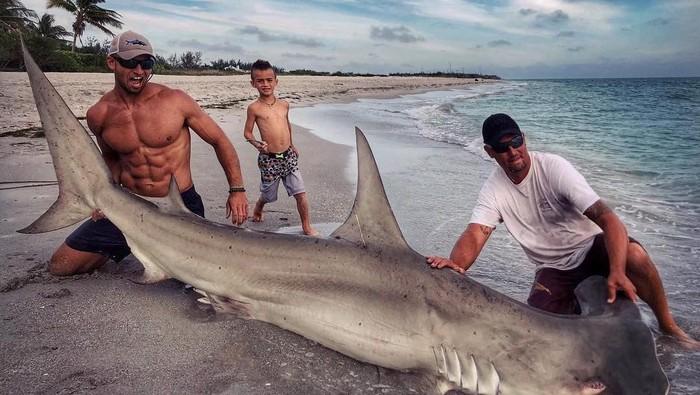 Potret pawang hiu yang berotot kekar, Elliot Sudal. Foto: Instagram/acksharks