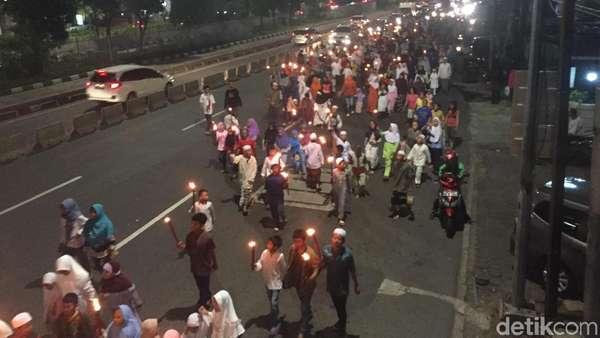 Sambut Ramadan, Warga di Jaktim Pawai Obor ke Jalan Raya
