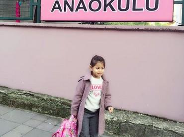 Gaya si gadis imut saat sekolah nih. Gimana menurut Bunda? (Foto: Instagram/ @siti_kdi_perk)