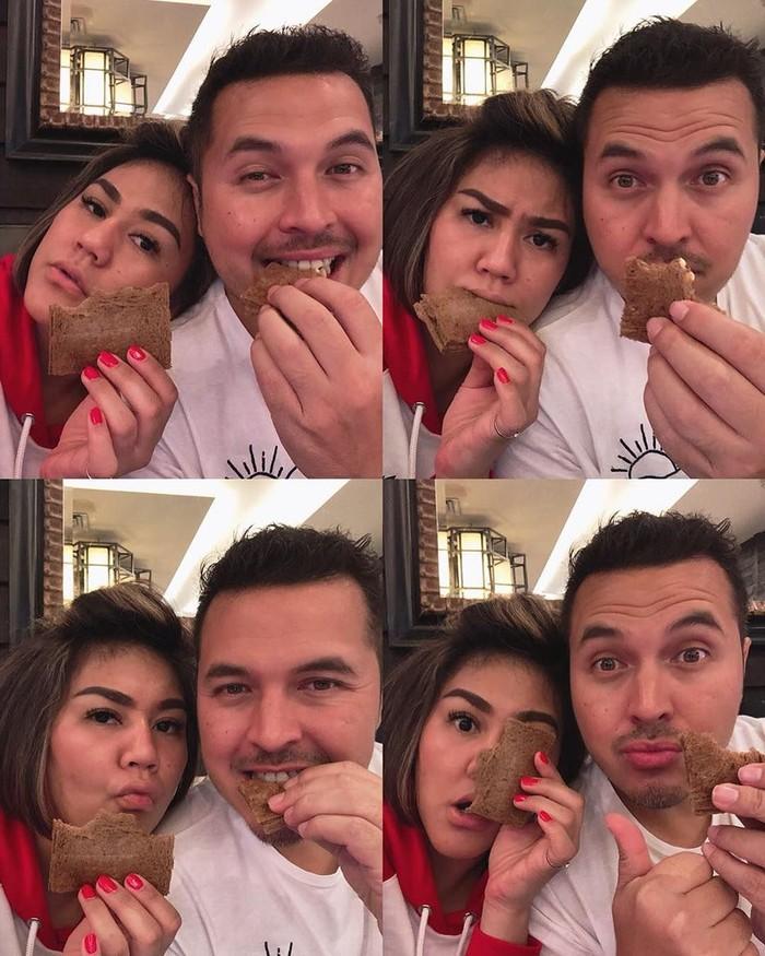 Pemilik nama asli Rifat Helmy Sungkar ini menikahi Sissy Prescillia dan telah dikaruniai 2 anak. Its Mama Papas time, tulis Rifat yang sedang menikmati cake cokelat bersama sang istri. Foto: Instagram rifato