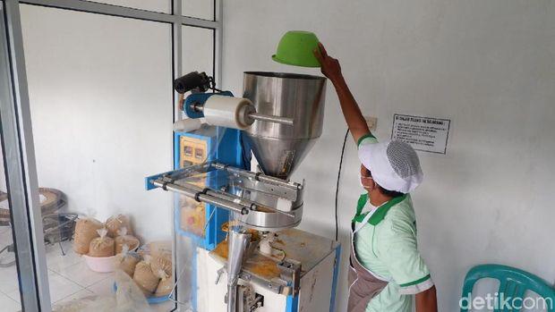 Proses pengolahan jamu di Wonosobo.