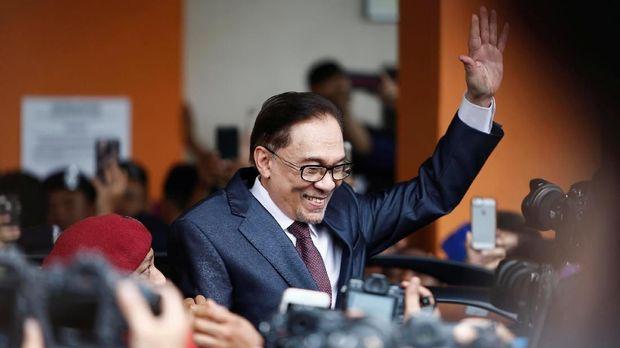 Anwar Ibrahim saat dibebaskan, Rabu (16/5).