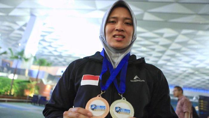 Aries Susanti Rahayu dengan dua medali yang diraihnya di China (Foto: Ofisial Menpora)