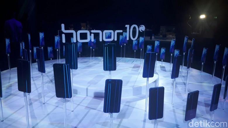 Honor 10 hadir dengan tampilan warna yang menggoda, ada Phantom Blue, Phantom Green, Phantom Grey, dan Midnight Black. Uniknya lagi, warna-warna cantik ini dapat berubah tergantung arah cahaya. Foto: detikINET/Indah Mutiara Kami