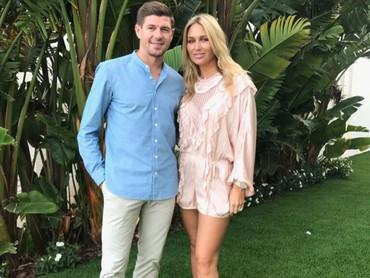 Gerrard dan Alex kayak masih pacaran ya, Bun. (Foto: Instagram/stevengerrard)