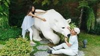 Bagaimana ya perasaan fotografernya saat memotret pasangan ini? (Dok. Instagram/raditya_dika)