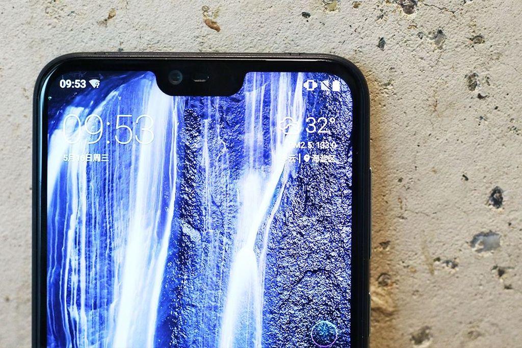 Menjadi ponsel pertama Nokia yang mengusung notch di bagian atasnya. Foto: Sina Mobile