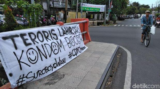 Baliho Kecaman terhadap Aksi Teror Bom Bermunculan di Surabaya