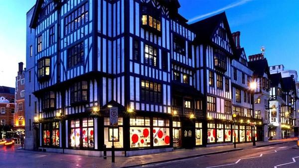 Belanja di London memang cukup mahal, tapi kota ini juga menawarkan pengalaman belanja yang berbeda, misalnya di department store Liberty (Liberty)