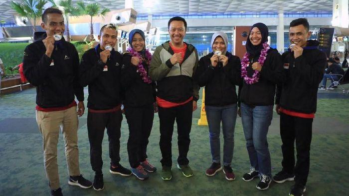 Menpora Imam Nahrawi timnas sport climbing yang mendapat medali emas di kejuaraan dunia panjat tebing (Foto: Ofisial Menpora)