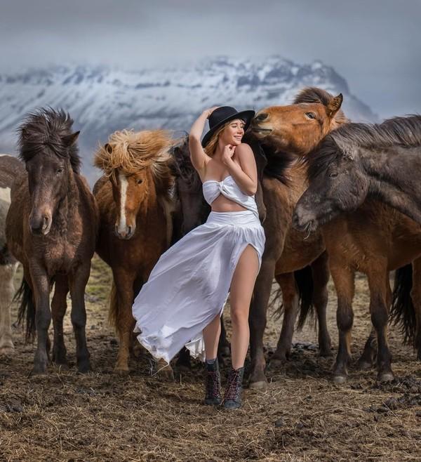 Di foto lain, Sara tampak berpose di depan kuda-kuda liar dan savana Islandia. (Instagram/Sara Underwood)