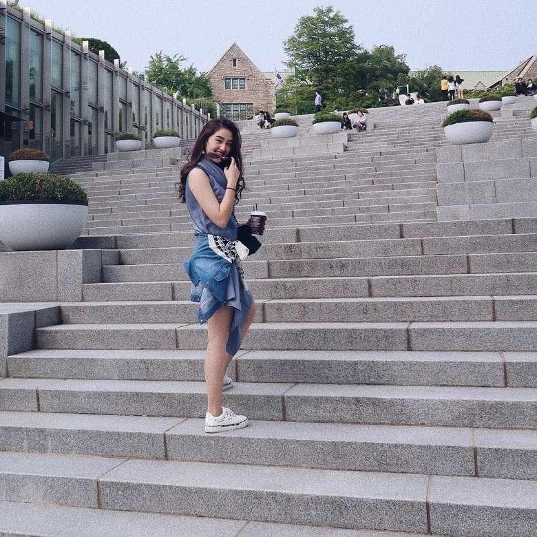 Dara cantik kelahiran 26 April 1999 ini mulai dikenal publik semenjak membintangi sinetron. Lewat akun instagramnya, Ranty kerap membagikan fotonya bersama makanan. Misalnya foto ini yang memperlihatkan posenya bersama segelas hot chocolate. Foto: Instagram
