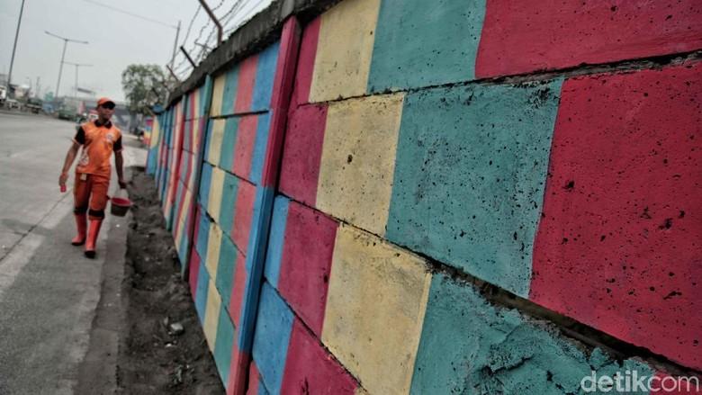 Warna-warni Tembok di Jalan Raya Cilincing