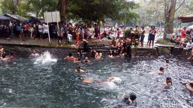 Suasana padusan di Umbul Senjoyo, Tengaran, Kabupaten Semarang.