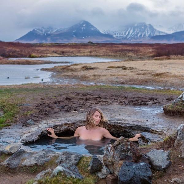 Islandia memang punya banyak sumber mata air panas alami. Itu tak disia-siakan oleh Sara yang asyik berendam di sana. (Instagram/Sara Underwood)