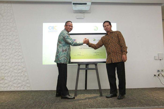 Direktur Utama Askrindo Syariah, Soegiharto bersama CEO & Co-Founder IGoUmroh Mukti Ali berbincang seusai menandatangani perjanjian kerjasama Penjaminan Umroh di Gedung Muamalat Tower, Jakarta, Senin (14/05/2018).