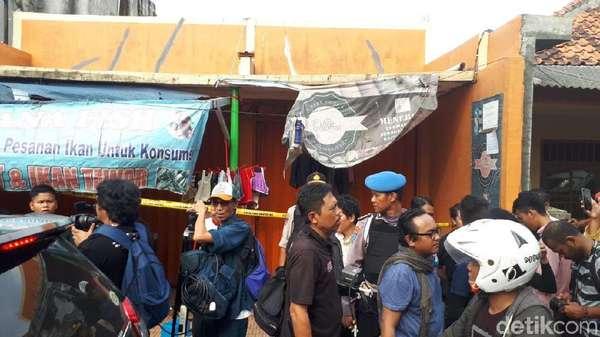 Toko Tempat 2 Terduga Teroris di Tangerang Dipasang Garis Polisi