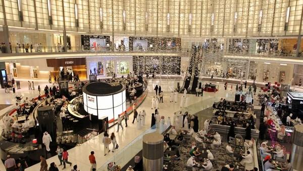 Dubai punya mall terbesar di dunia. Setelah belanja, traveler bisa juga nyobain main ski dalam mall. Wah! (Emaar)
