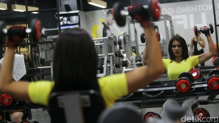 Maria Vania presenter MotoGP sedang olahraga di Golds Gym Thamrin City. Foto: Agung Pambudhy/detikHealth