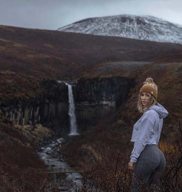 Sara Underwood, mantan model majalah Playboy yang bulan Maret lalu liburan ke Bali melanjutkan perjalanannya ke Islandia. Di destinasi eksotis ini, Sara berfoto di beberapa lokasi. (Instagram/Sara Underwood)