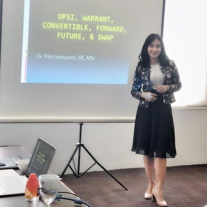 Sehari-harinya Fitri mengajar manajemen di Universitas Airlangga (Unair). (Foto: Instagram/fitri_ismi)