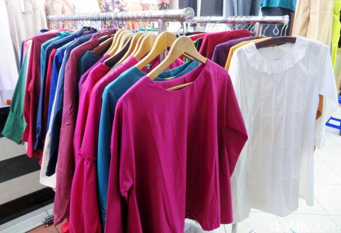 Pakaian impor dari China lebih diminati daripada pakaian buatan lokal. Hal ini karena kualitas pakaian yang lebih bagus.