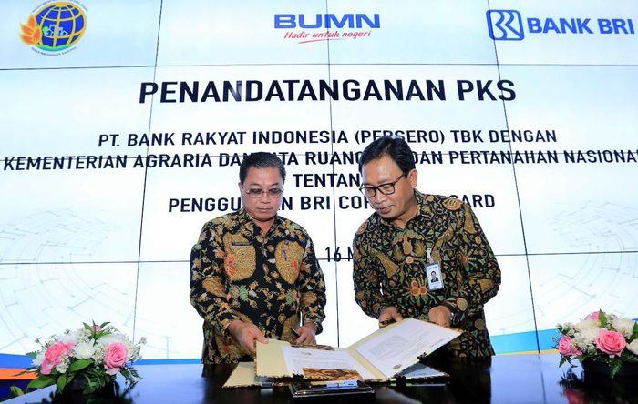 Bank BRI bersama Kementerian Agraria dan Tata Ruang/Badan Pertanahan Nasional melakukan penandatanganan Perjanjian Kerjasama (PKS) penerbitan Kartu Kredit Korporat (Corporate Card) yang diselenggarakan di Innovation Center Bank BRI, Gedung Bank BRI 1, Jakarta Pusat (16/5). Foto: dok. BRI