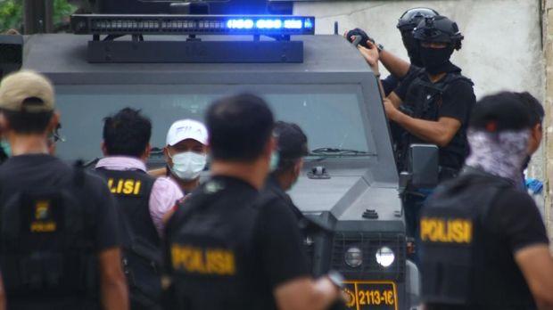 Sejumlah anggota Densus 88 dalam penggerebekan terduga teroris di Gempol, Tangerang, Banten, Rabu (16/5).