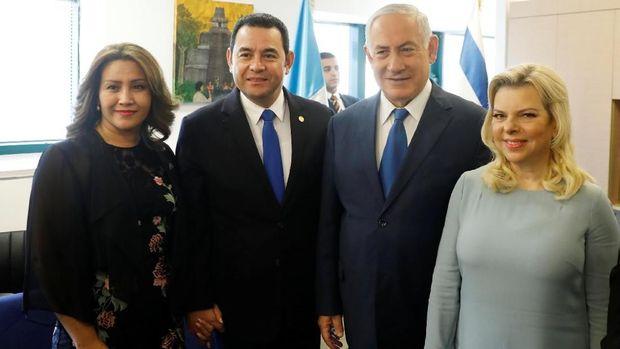 PM Israel Benjamin Netanyahu dan Presiden Guatemala Jimmy Morales bersama istri masing-masing saat menghadiri pembukaan kedutaan Guatemala di Yerusalem